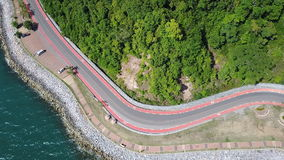 Strada costiera al punto scenico della collina di Nang Phaya stock footage