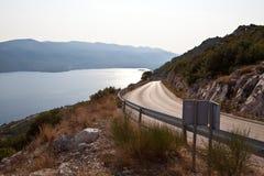 Strada costiera lungo il mare adriatico della Croazia fotografia stock