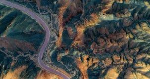 Strada curva che passa attraverso un paesaggio unico della montagna Immagine Stock