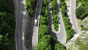 Strada curva con le automobili ed il bello paesaggio della foresta Gole di Bicaz, Romania archivi video