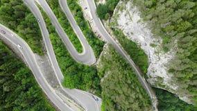 Strada curva con le automobili ed il bello paesaggio della foresta Gole di Bicaz, Romania stock footage