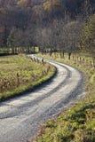 Strada curva della ghiaia in campagna immagini stock libere da diritti