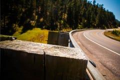 Strada curva montagna, fine su della guida della ferrovia fotografia stock libera da diritti