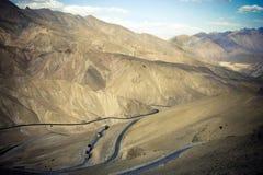 Strada Curvy della montagna in Himalaya. fotografie stock