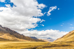 Strada Cusco- Puno, Perù, Sudamerica. Valle sacra delle inche. Natura spettacolare delle montagne e del cielo Fotografie Stock Libere da Diritti
