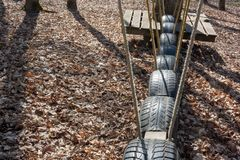 Strada d'oscillazione di vecchie gomme il dettaglio del telaio rampicante del percorso della corda per i bambini e gli adulti nel immagini stock