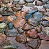Strada da una pietra dopo una pioggia Immagine Stock