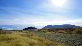 Strada dal pendio della montagna che trascura il cielo fotografie stock libere da diritti