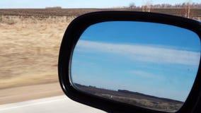 Strada dallo specchio laterale con l'automobile commovente stock footage