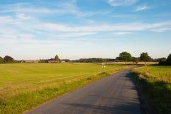 Strada danese della campagna vicino a Ugledige in Danimarca Fotografia Stock Libera da Diritti