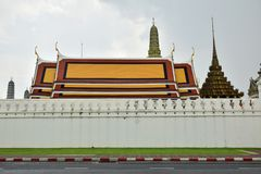 Strada davanti al tempio di Phra Chetuphon, Bangkok, Tailandia fotografia stock