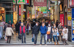 Strada dei negozi ammucchiata di Shinsaibashi a Osaka, Giappone Immagini Stock Libere da Diritti