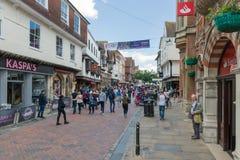 Strada dei negozi con la gente in città vecchia Canterbury storica CIT fotografia stock libera da diritti