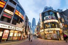 Strada dei negozi di Nishi Shinjuku a Tokyo Immagini Stock Libere da Diritti