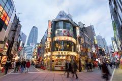Strada dei negozi di Nishi Shinjuku a Tokyo Fotografie Stock