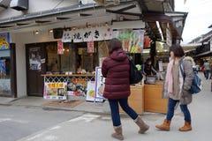 Strada dei negozi di Omotesando di visita dei turisti a Miyajima, Giappone Immagine Stock Libera da Diritti