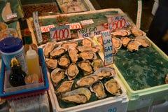 Strada dei negozi dei frutti di mare del mercato di Kyoto Nishiki fotografia stock libera da diritti