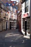 Strada dei negozi inglese singolare in Whitby fotografie stock libere da diritti