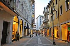 Strada dei negozi nel centro urbano di Padova, Italia Fotografia Stock