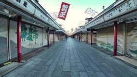 Strada dei negozi o Nakamise del tempio di Sensoji, Tokyo stock footage