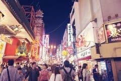 Strada dei negozi popolare turistica di notte in Osaka City ad area di Dotonbori Namba con le insegne al neon ed i tabelloni per  Immagini Stock