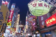 Strada dei negozi popolare turistica di notte in Osaka City ad area di Dotonbori Namba con le insegne al neon ed i tabelloni per  Fotografia Stock