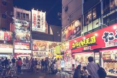 Strada dei negozi popolare turistica di notte in Osaka City ad area di Dotonbori Namba con le insegne al neon ed i tabelloni per  Fotografia Stock Libera da Diritti