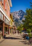 Strada dei negozi principale di Banff in Banff, Alberta Immagine Stock