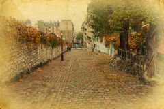 Strada del Cobblestone a Parigi nello stile dell'annata fotografie stock libere da diritti