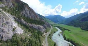 Strada del colpo aereo e foresta curvy, l'Altai archivi video
