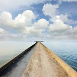 Strada del molo all'oceano Fotografia Stock Libera da Diritti