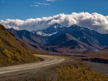 Strada del parco, picco di montagna Snowcapped, parco nazionale di Denali fotografia stock