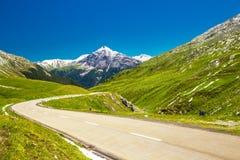 Strada del passaggio del distretto di Albula in alpi svizzere vicino a Sankt Moritz Fotografia Stock Libera da Diritti