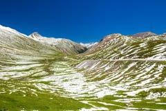 Strada del passaggio del distretto di Albula in alpi svizzere vicino a Sankt Moritz Immagine Stock