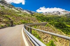 Strada del passaggio del distretto di Albula in alpi svizzere vicino a Sankt Moritz Fotografia Stock