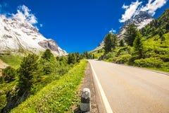 Strada del passaggio del distretto di Albula in alpi svizzere vicino a Sankt Moritz Fotografie Stock