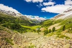 Strada del passaggio del distretto di Albula in alpi svizzere vicino a Sankt Moritz Immagine Stock Libera da Diritti
