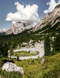 Strada del passaggio di Alta Badia che guida le dolomia della curvatura Fotografia Stock Libera da Diritti