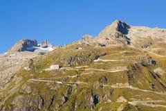 Strada del passaggio di Furka dell'alta montagna nelle alpi svizzere Immagini Stock