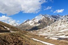 Strada del passaggio di Gavia con la vista di panorama e il dei alpino Tre Signori e Gran Zebru di Corno delle montagne Fotografie Stock