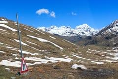 Strada del passaggio di Gavia con la vista di panorama e le montagne alpine Gran Zebru e Ortler Fotografie Stock Libere da Diritti