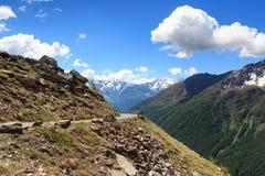 Strada del passaggio di Gavia con le alpi alpine di Adamello delle montagne di vista di panorama Fotografie Stock Libere da Diritti