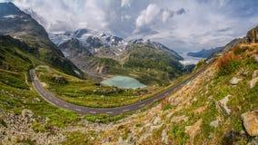 Strada del passo di montagna nel paesaggio alpino splendido di estate Immagini Stock
