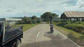 Strada del villaggio Moto sulla motocicletta filippine Isola di Bohol Azionamento in avanti video d archivio