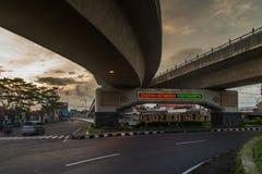 Strada dell'automobile di cavalcavia nella città di Yogyakarta Immagini Stock Libere da Diritti
