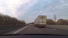 Strada dell'autostrada senza pedaggio della strada principale di traffico archivi video