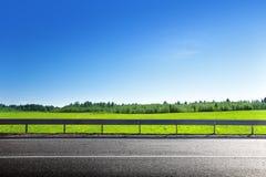 Strada dell'erba della molla fotografie stock libere da diritti
