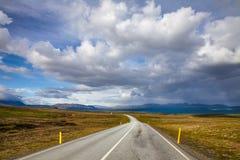 Strada dell'itinerario 36 di Thingvallavegur attraverso il parco nazionale Islanda Scandinavia di Thingvellir immagini stock libere da diritti