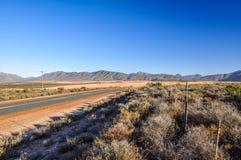 Strada dell'itinerario 62 vicino a Oudtshoorn - il karoo, Sudafrica Immagine Stock