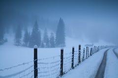 Strada della campagna in alpi nebbiose Immagini Stock Libere da Diritti